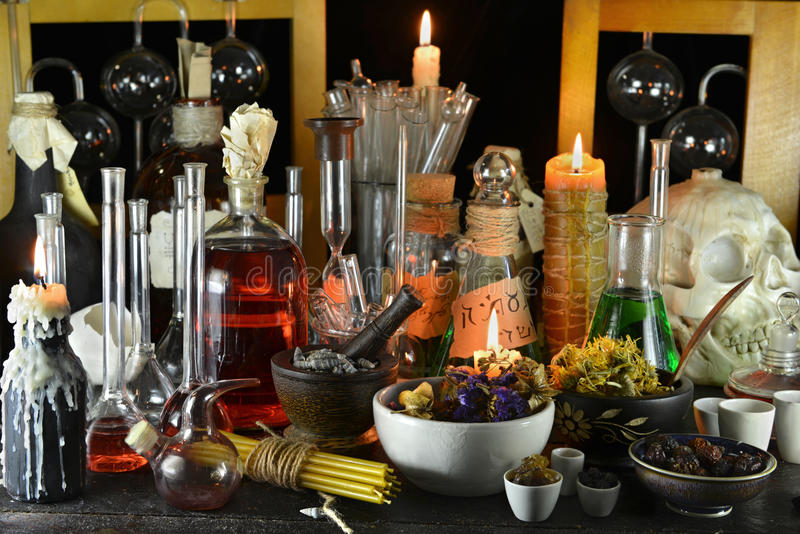 Het laboratorium van de mysticusheks met kaarsen en kruiden royalty-vrije stock fotografie