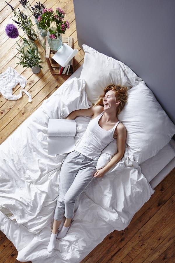 Het lachen in bed royalty-vrije stock afbeelding