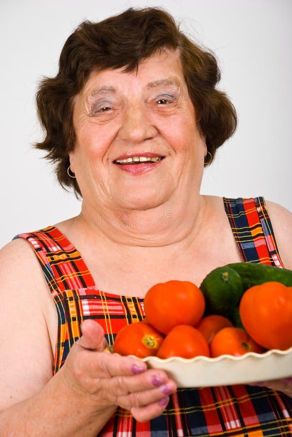 Het lachen de tomaten van de omaholding stock foto's