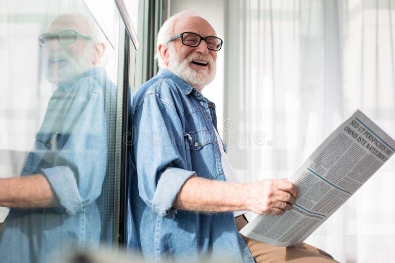 Het lachen het gebaarde oude tijdschrift van de gepensioneerdeholding stock afbeeldingen