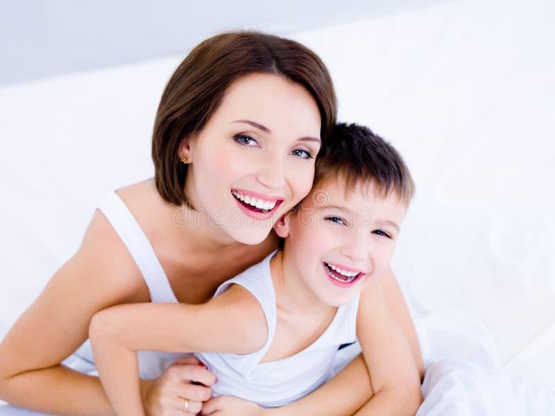 Het lachen gezichten van de moeder en haar zoon stock afbeelding