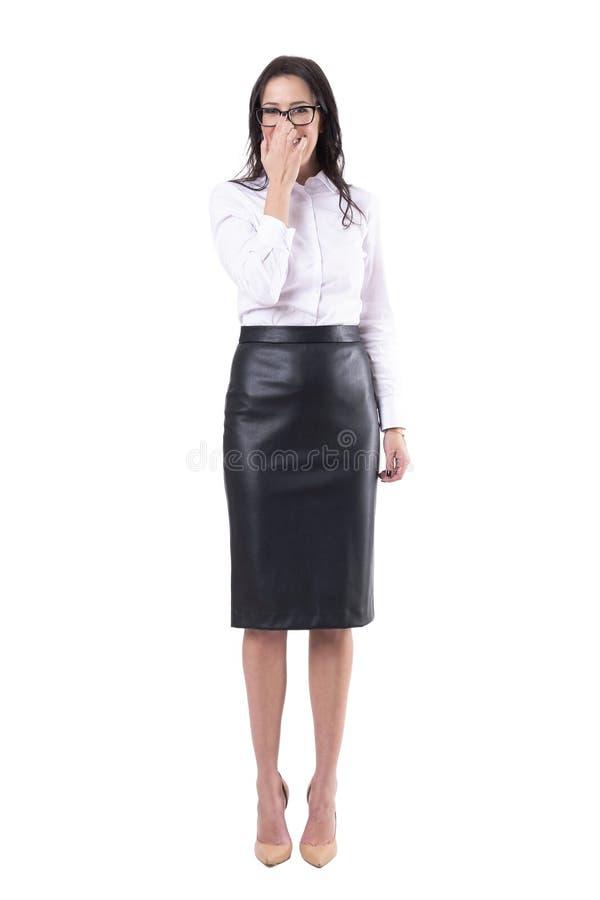 Het lachen jonge het bedrijfsvrouw aanpassen oogglazen met vinger royalty-vrije stock foto