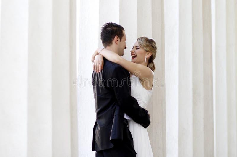 Het lachen van de bruid en van de bruidegom stock foto's