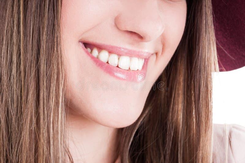 Het lachen vrouwenmond met perfecte tanden en heldere glimlach royalty-vrije stock afbeeldingen