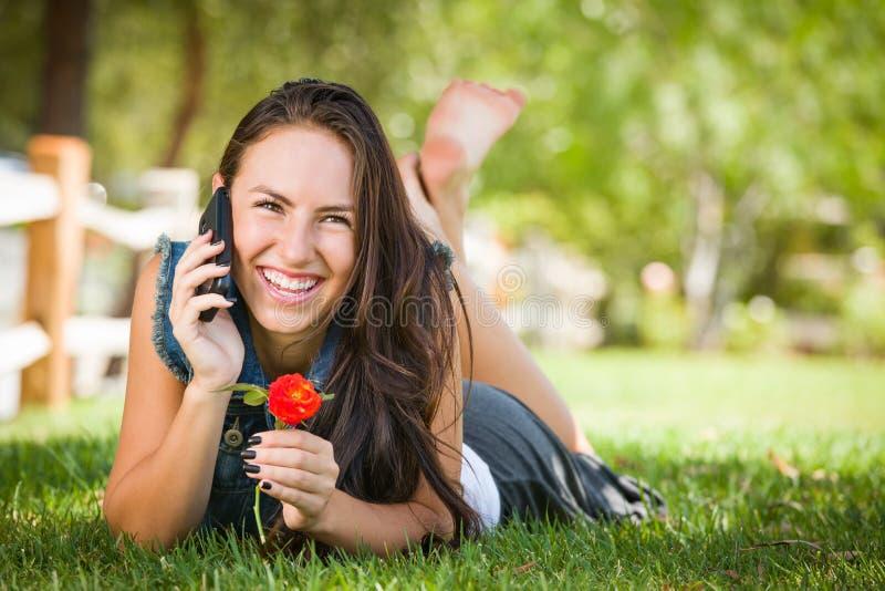 Het lachende Gemengde Wijfje die van de Rastiener op Haar Slimme Telefoon spreken stock afbeelding