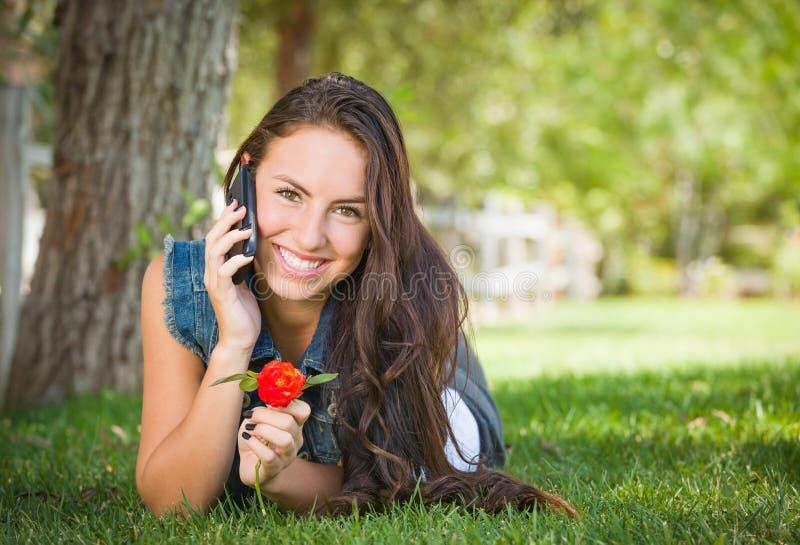Het lachende Gemengde Wijfje die van de Rastiener op Haar Slimme Telefoon spreken stock fotografie