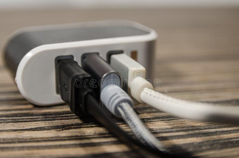 Het laden blok met drie kabels stock foto's