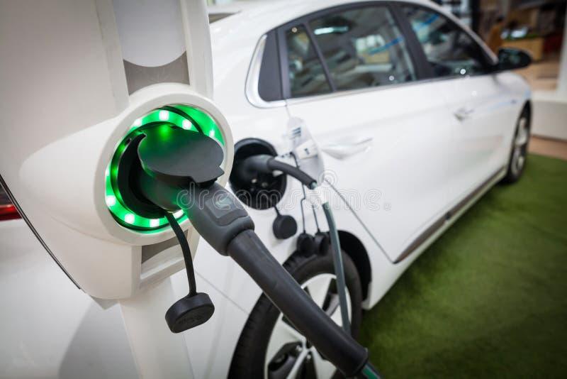 Het laden van een Elektrische Auto royalty-vrije stock foto