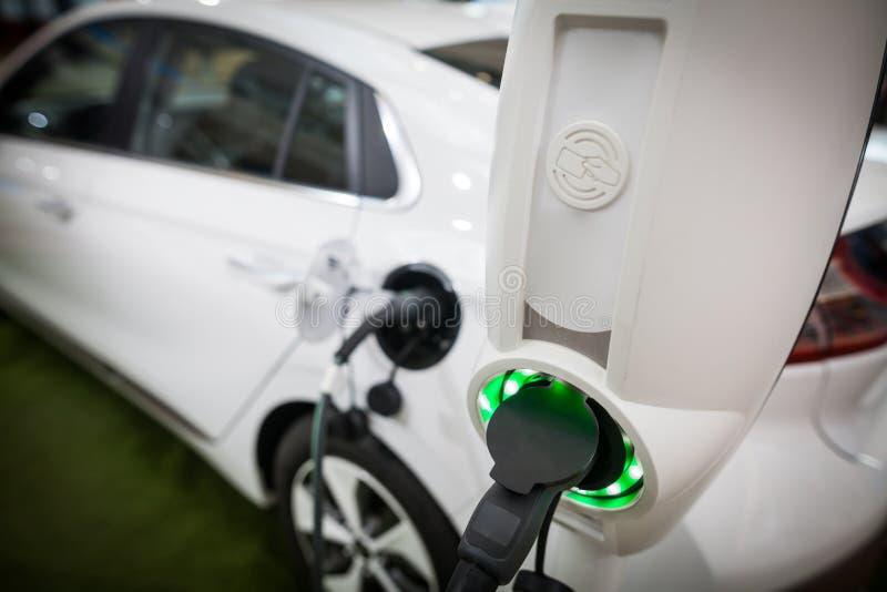 Het laden van een Elektrische Auto stock foto's