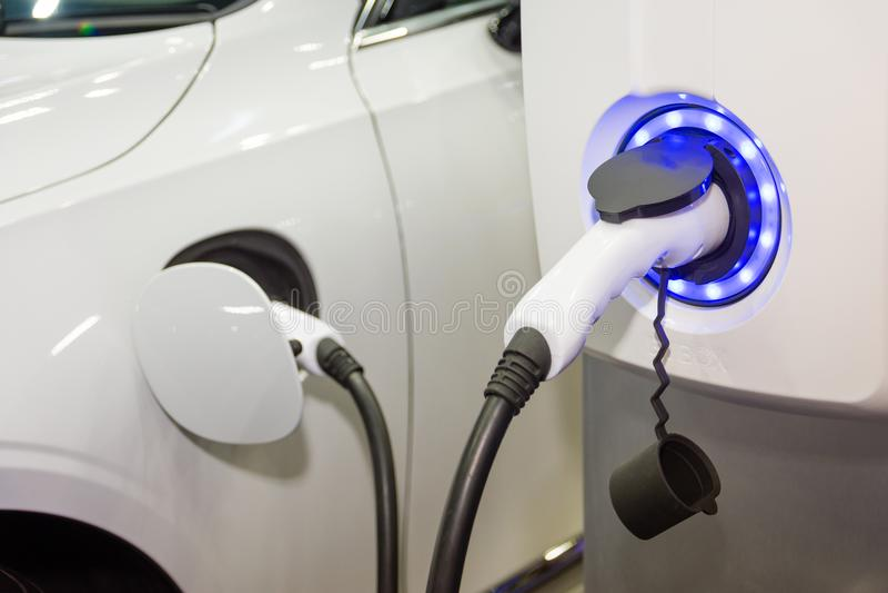 Het laden van een elektrische autobatterij stock fotografie