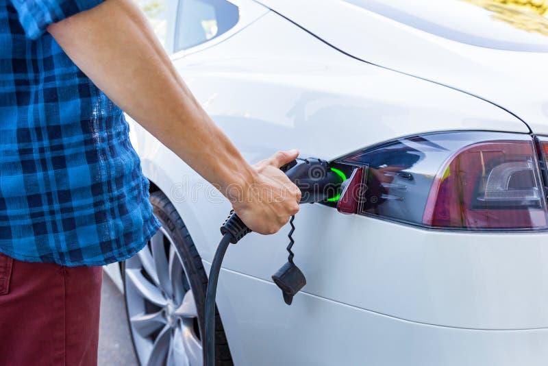 Het laden van het elektrische voertuig royalty-vrije stock afbeeldingen