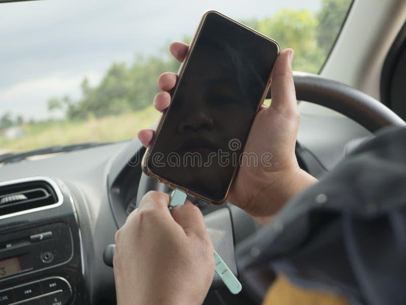 Het laden van Telefoon in de Auto stock afbeelding