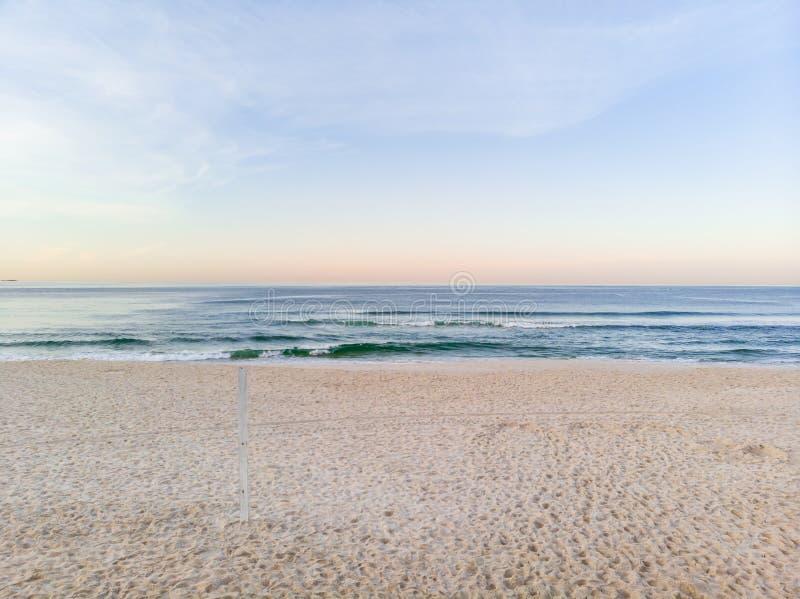Het lage strand van Barra da Tijuca van de Hommelfoto tijdens zonsopgang, zand nog in schaduw stock foto's