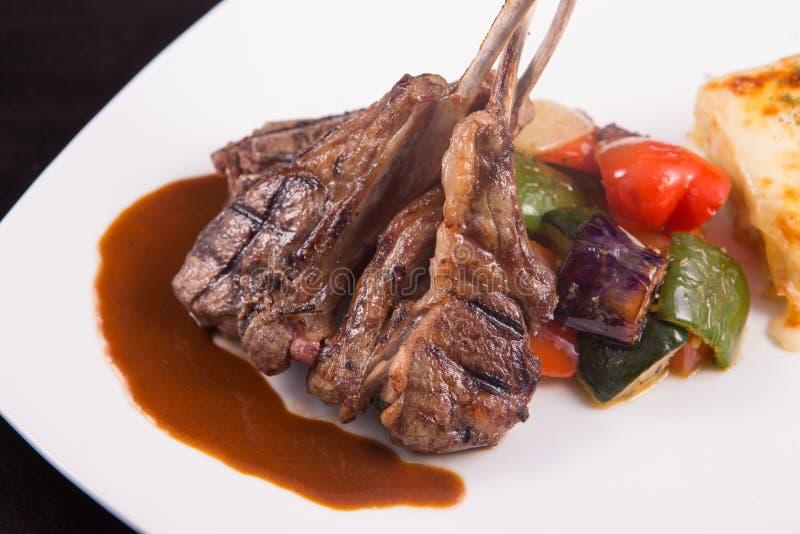 Het lamskotelettenlapje vlees met sauteed groenten en stampte aardappel fijn stock foto