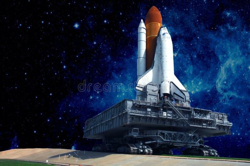 Het lanceringsstootkussen van het ruimteschip, tegen de achtergrond van de mooie sterhemel De elementen van dit beeld werden gele royalty-vrije stock fotografie