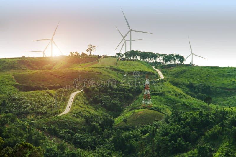 Het landbouwbedrijf van de de machtsgenerator van de windturbine bij zonsondergangachtergrond stock foto