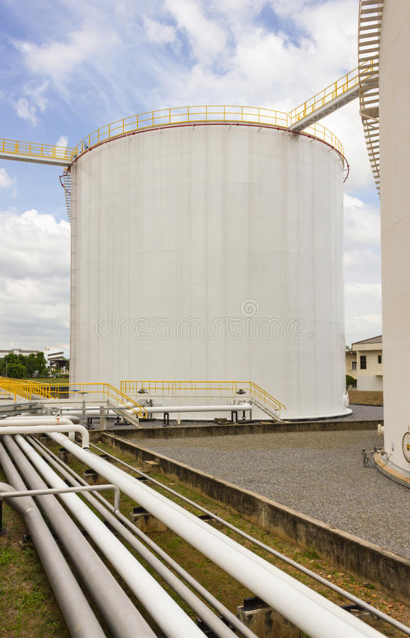 Het landbouwbedrijf van de olietank in raffinaderij royalty-vrije stock afbeelding