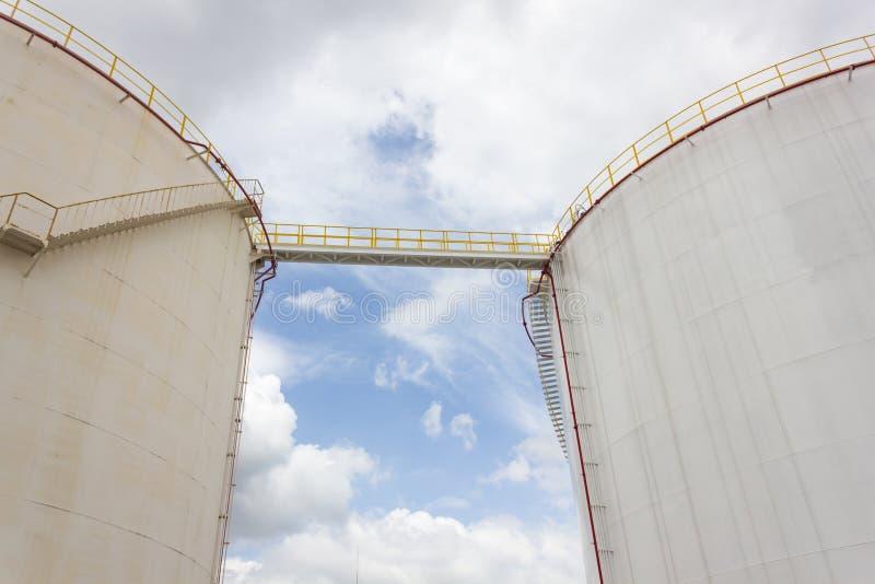 Het landbouwbedrijf van de olietank in raffinaderij stock afbeelding