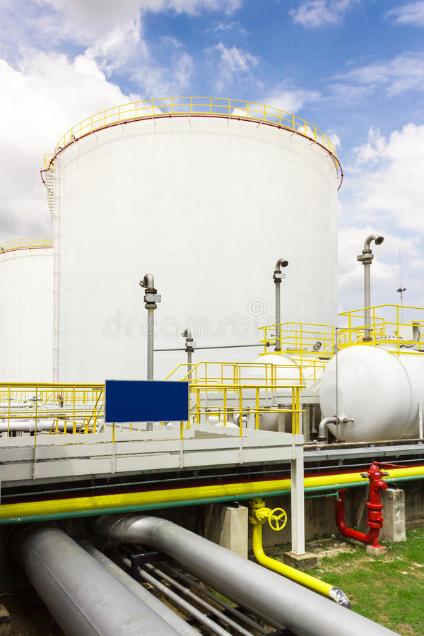 Het landbouwbedrijf van de olietank in raffinaderij royalty-vrije stock afbeeldingen