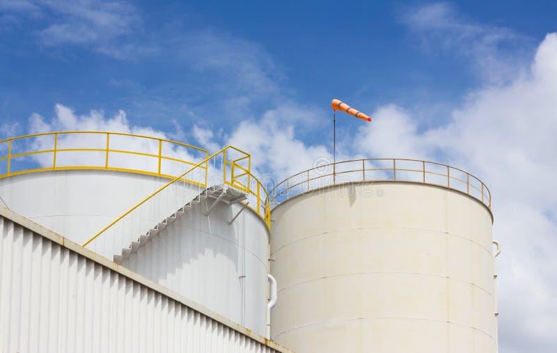 Het landbouwbedrijf van de olietank in raffinaderij stock foto