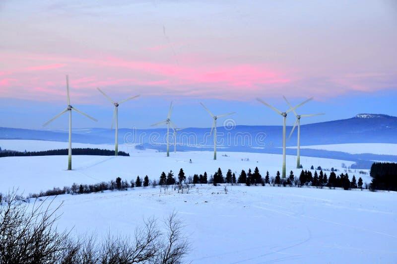 Het landbouwbedrijf van de windturbine bij zonsondergang royalty-vrije stock foto's