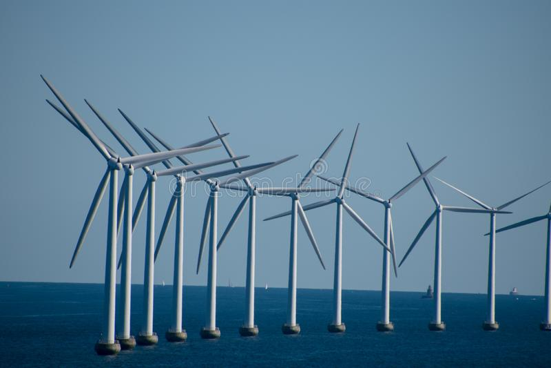 Het landbouwbedrijf van de windturbine in Oostzee tussen Duitsland en Kopenhagen, stock afbeeldingen