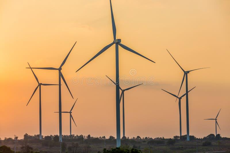Het landbouwbedrijf van de windturbine, het silhouet van Windturbines bij zonsondergang stock foto's