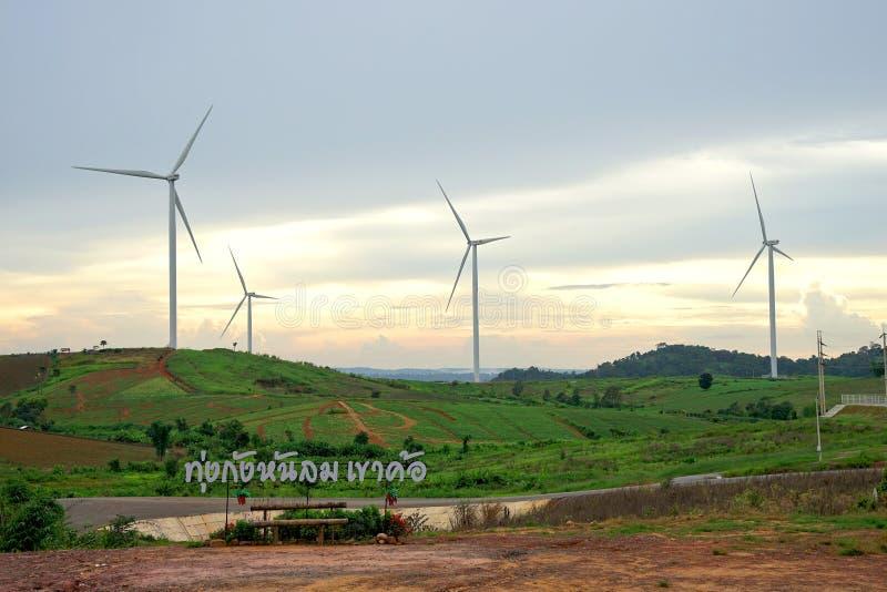 Het landbouwbedrijf van de windturbine tijdens mooie zonsondergang, Alternatieve groene energie voor bescherming van aard in Khao stock foto's