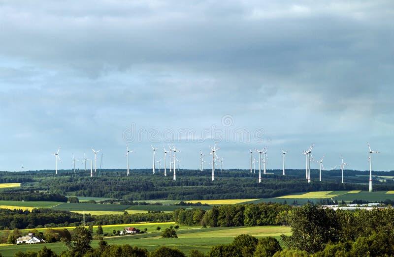 Het landbouwbedrijf van de windturbine in vallei in vernieuwbaar Duitsland -, duurzaam stock afbeeldingen