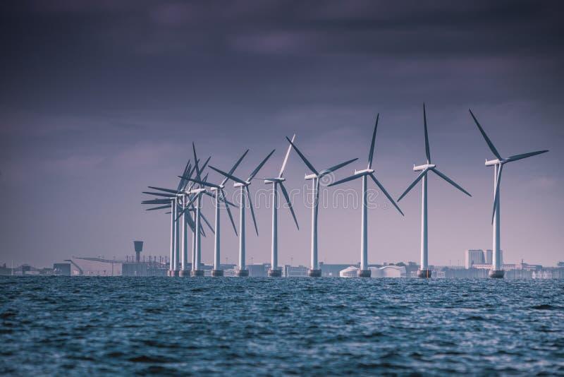 Het landbouwbedrijf van windturbines in Oostzee, Denemarken royalty-vrije stock fotografie