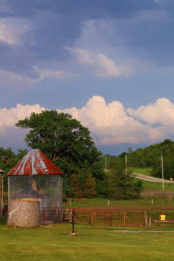 Het landbouwbedrijfgebied van Iowa met silo royalty-vrije stock foto