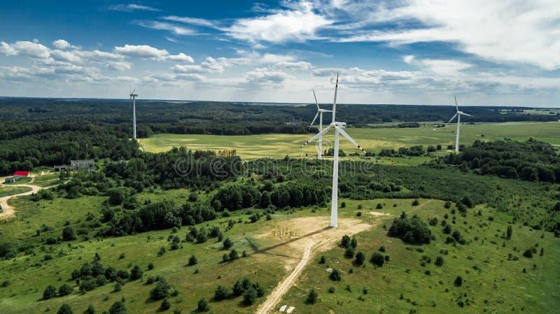 Het landbouwbedrijfsatellietbeeld van windturbines van hommel stock afbeeldingen