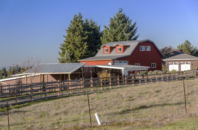 Het landbouwbedrijfschuur en omheiningen Oregon van het land stock afbeelding