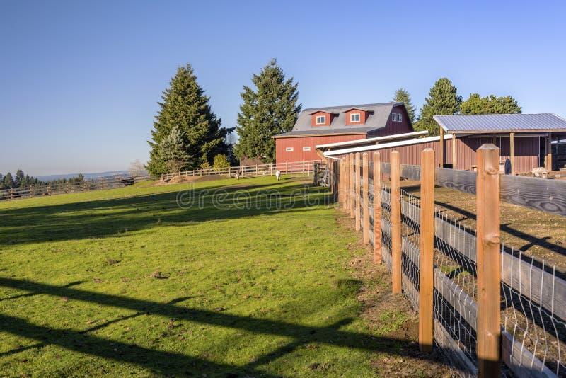 Het landbouwbedrijfschuur en omheiningen Oregon van het land stock fotografie