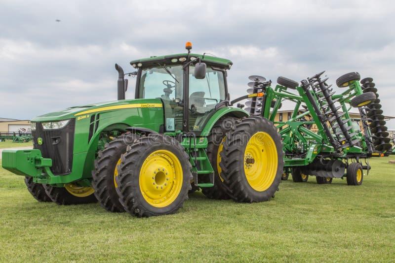 Het Landbouwbedrijftractor van John Deere 8285R van de alle-wielaandrijving stock fotografie