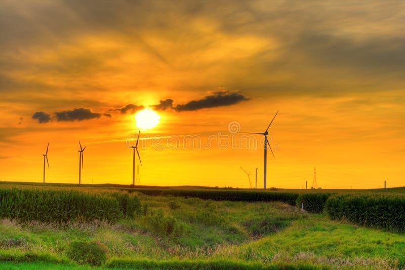 Het landbouwbedrijfzonsondergang van de windmolen royalty-vrije stock fotografie