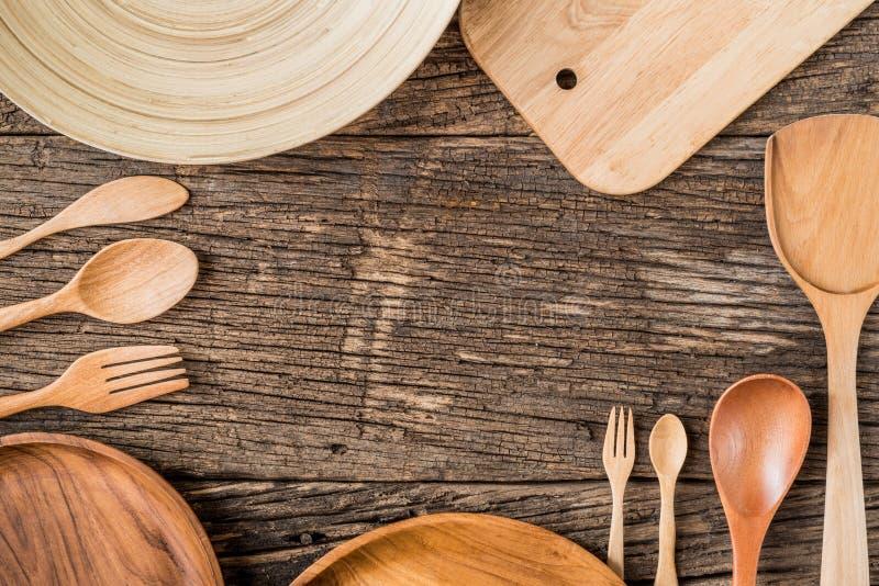 Het landelijke keukengerei op wijnoogst planked hierboven houten lijst van stock fotografie