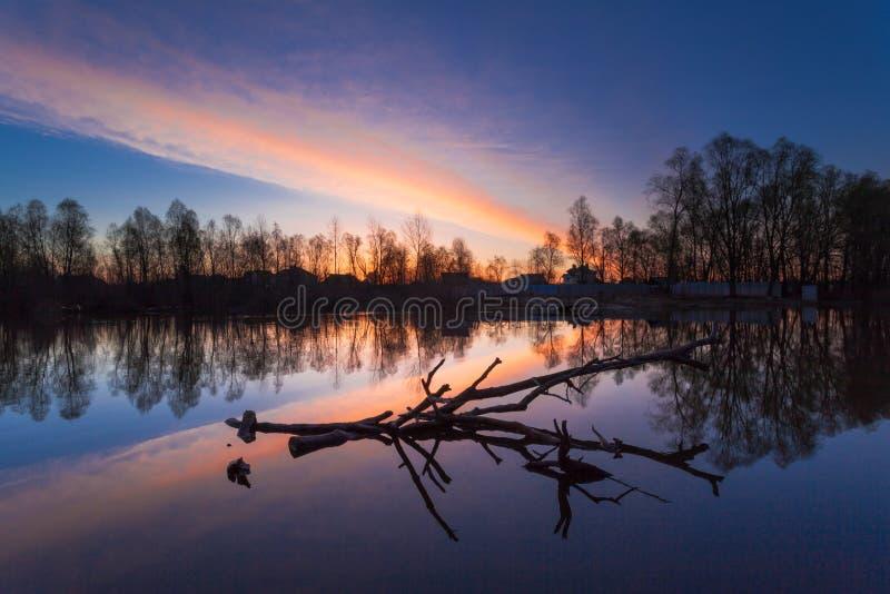 Het landelijke landschap van de de zomerzonsopgang met rivier en dramatische kleurrijke hemel stock afbeelding