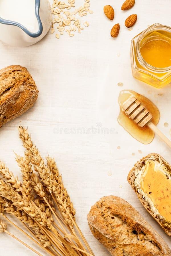 Het landelijke of ontbijt van het land - broodjes, honingskruik en melk stock foto's