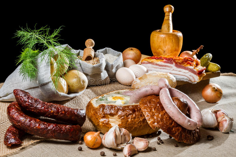 Het landelijke ontbijt van Pasen met gerookte worst stock afbeeldingen