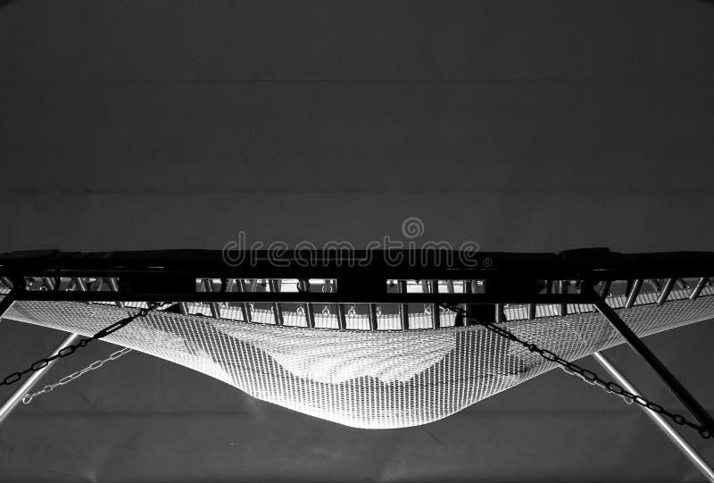 Het landen op trampoline royalty-vrije stock afbeeldingen