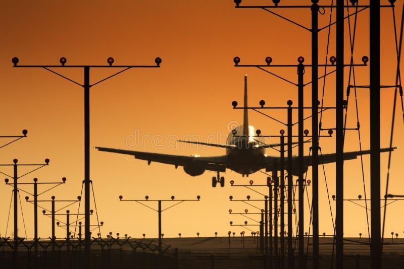 Het landen van het vliegtuig stock afbeelding