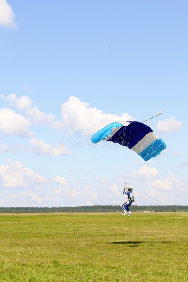 Het landen van Skydiver. stock foto