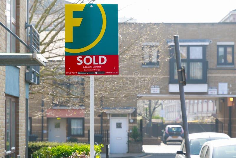 Het landgoedagentschap verkocht teken buiten een Engels huis in de stad royalty-vrije stock afbeeldingen