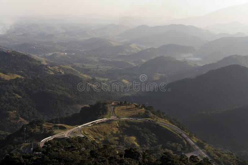 Het Landschap en de Weg van bergen royalty-vrije stock afbeeldingen