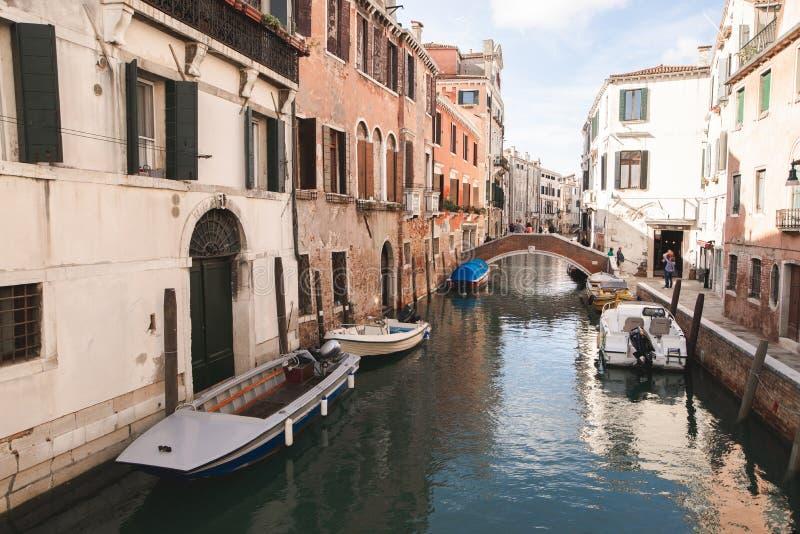 Het landschap is geen toerist, atmosferische plaats in Italië Boten, kanaal, brug, klein het leven eiland in Venetië stock foto