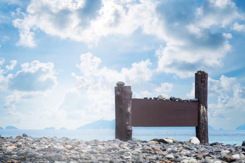 Het landschap, het eiland tropische strand en de oceaan met leeg houten teken schepen in de ochtend in stock afbeelding