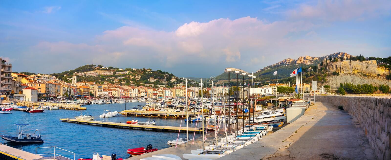 Het landschap met de jachthaven in de haven van Cassis resort bij zonsondergang Frankrijk, Provence royalty-vrije stock foto's