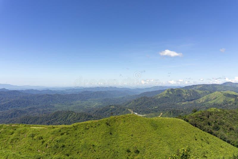 Het landschap op het middaggezichtspunt Bergen complexe, Duidelijke blauwe hemel Het Gezichtspunt van de Pilokmijn, Kanchanaburi, royalty-vrije stock afbeelding