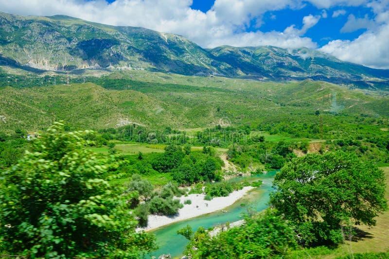 Het landschap van Albanië; Bergen, Rivier en Bos stock afbeelding